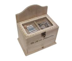 Cutie din lemn cu capac transparent si articole croitorie